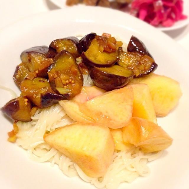モモが安かったので。素麺も食べたかった。辛めの茄子と良く合うなぁ。 - 4件のもぐもぐ - 茄子とモモの素麺カッペリーニ by kikicyoko