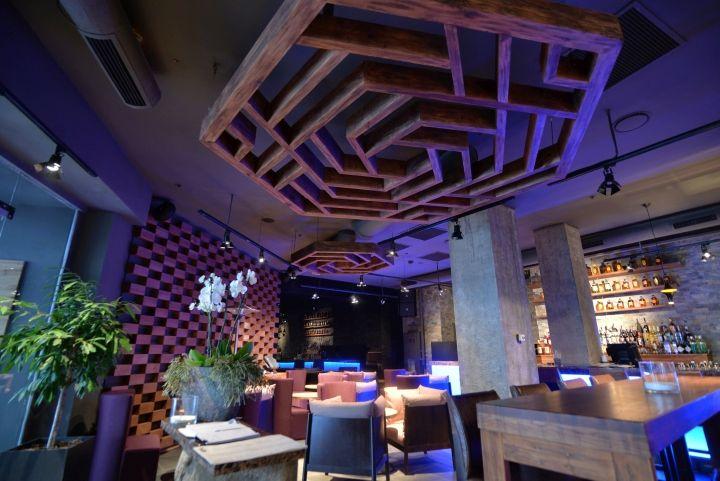 Оригинальный декор потолка в интерьере ресторана японской кухни