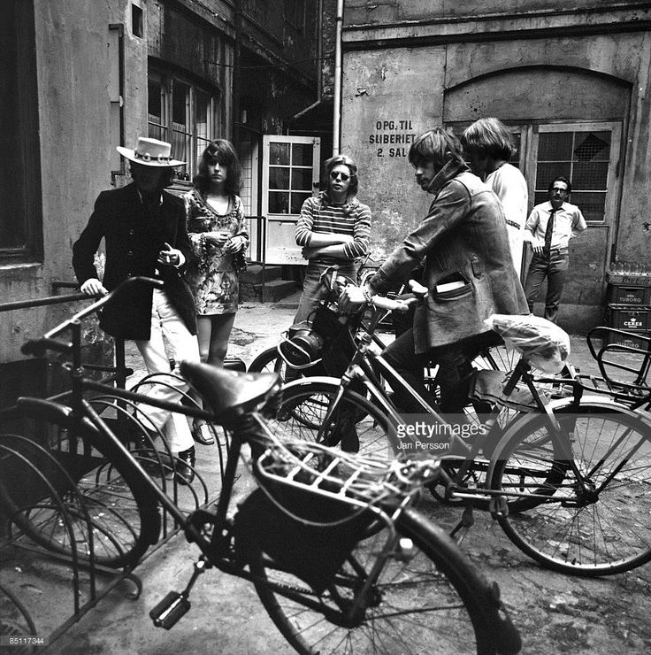 Photo of Paul KANTNER and Spencer DRYDEN and Grace SLICK and Marty BALIN and JEFFERSON AIRPLANE and Jack CASADY, L-R: Marty Balin, Grace Slick, Jack Casady, Spencer Dryden (on bike), Paul Kantner - posed, group shot in the backyard of Jazzhouse Montmartre Copenhagen August 28 1968