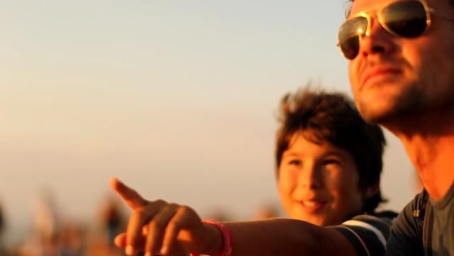 Caminhar ao longo da Rota Vicentina é embarcar numa viagem pessoal e inesquecível. Veja o vídeo e descubra porquê. A Rota Vicentina é uma grande rota pedestre no Sw de Portugal, entre a cidade de Santiago do Cacém e o Cabo de S. Vicente, totalizando 350 km para caminhar, ao longo de uma das mais belas e bem preservadas zonas costeiras do sul da Europa. http://www.rotavicentina.com Cliente Casas Brancas - Rota Vicentina Agência DDB ...