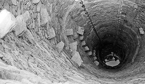 Pozos de Udaipur   TECTÓNICAblog  Este pozo se encuentra cerca de la ciudad india de Udaipur. Se trata de una tipología muy común de pozo artesiano que permite el acceso al agua de varias formas diferentes. Este tipo de pozos se pueden encontrar en todo el área de Rajasthan. Por una parte el pozo incorpora una serie de losas de piedra parcialmente empotradas en la pared de manera que se puede bajar al pozo sosteniéndose en ellos. Por otra incorpora una cadena sujeta a una noria que se mueve…