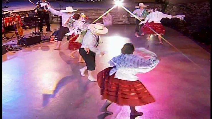"""Danses du nord du Pérou qui souffre aujourd'hui le phénomène de """"El Niño"""".Que les pluies s'arrêtent bientôt pour que le tourisme revienne dans le nord et que ces peuples puissent se redresser. Dances of northern Peru, which is suffering from the """"El Niño"""" phenomenon today. That the rains stop soon for so that tourism flows again in the north and these peoples can recover. Danzas del norte peruano que hoy sufre por el fenómeno del niño. Que cesen pronto las lluvias para que fluya nuevamente…"""