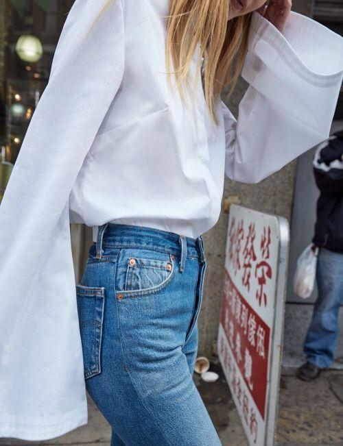 Blusa blanca con mangas oxford.