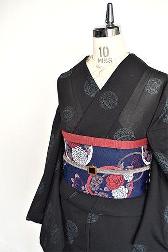 黒の地に水浅葱色の糸で織り出された手毬の水玉文様がふわりと浮かぶ、涼やかに透ける夏向きの紬着物です。