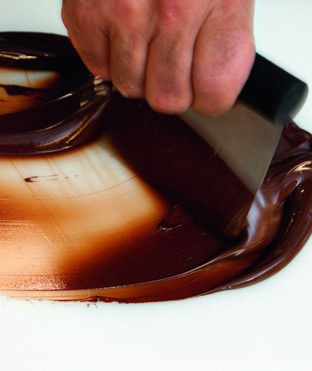 Όταν λιώνει η σοκολάτα, διαχωρίζονται κάποια από τα συστατικά που περιέχει και συγκεκριμένα τα στερεά του κακάο από το βούτυρο του κακάο. Όταν θα κρυώσει λοιπόν η σοκολάτα, αυτά θα παγώσουν χωριστά και η σοκολάτα θα γίνει θαμπή και θα ασπρίσει, όπως συμβαίνει με τα σοκολατάκια όταν ταβάζουμε στο ψυγείο. Άλλα πιθανά προβλήματα είναι να …