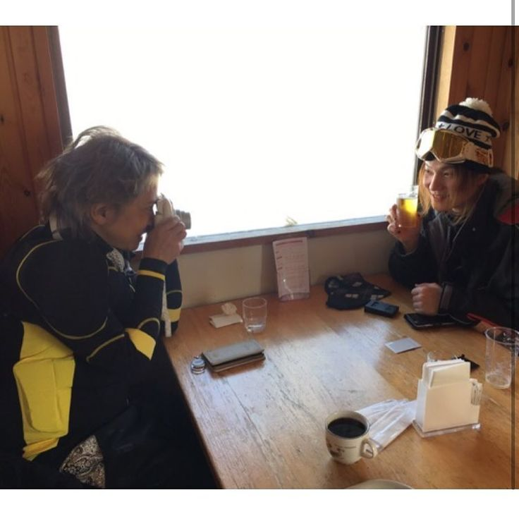 @YUKI_Snowman_XX 😚  富良野でチェキ自撮りしてたら、ななななんとHYDEさんが撮ってあげるよ、って!こんな事あるのー?1枚はYUKI用にします^_^  @YUKI_Snowman_XX ハイドさんの携帯は白いhyde phonケースでなくグッズのグレーのiPhoneケースに見えるね😳 海外では白いhydephonケースだったんだけど😮