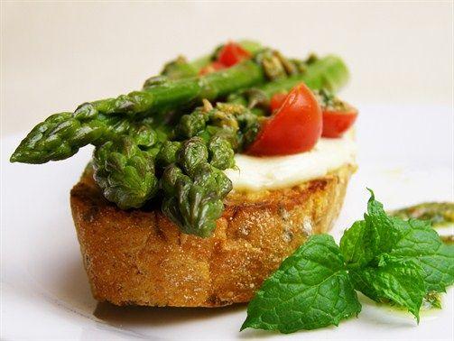 Wyróżnienie  Grzanki ze szparagami, mozzarellą, pomidorami i miętowym pesto