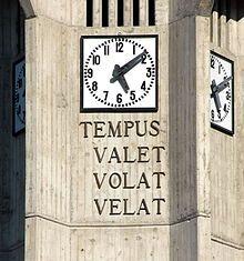 Kerktoren met uurwerk in Resiutta in Friuli-Venezia Giulia, Italië