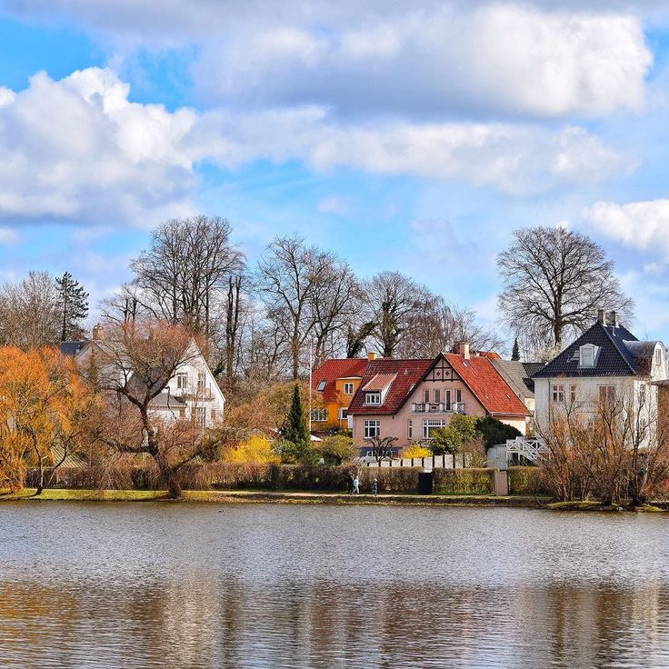 There are lots of lakes in and north of #Copenhagen - this lake is #Gentofte Sø in the northern part of Greater Copenhagen. The houses around the lake are very attractive as permission to build a new house at one of the lakes in Copenhagen would be next to impossible to get. These houses are located just 6-7 km from the Town Hall of Copenhagen and they are rarely for sale. Around 1.3 mil EUR should however be enough for around 150 sqm. ------------------------------------ #building…