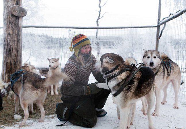"""Desde 2013, o fotógrafo francês Brice Portolano compartilha incríveis histórias de pessoas que optaram por fugir do estilo de vida urbano para se conectar com a natureza, através do projeto No Signal. Arctic Love foi o primeiro dos quatro ensaios do projeto, onde Brice retrata o dia a dia da jovem finlandesa Tinja, documentando seu estilo de vida numa região praticamente deserta no norte da Finlândia, onde cria 85 cães, na sua maioria huskies, sendo que alguns são """"lobos cachorros"""", pois…"""