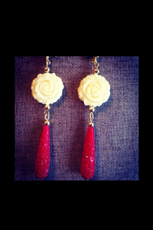Orecchini con rosa e pendente con pietra preziosa          earrings with rose resin and red stone