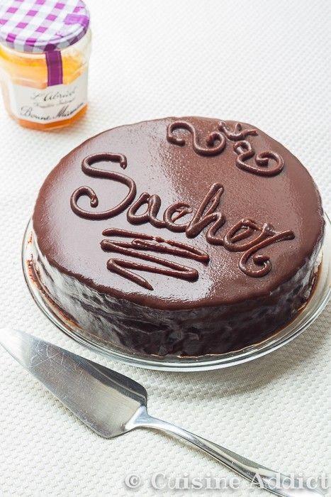Ahhhh la Sacher Torte... ce gâteau, c'est THE gâteau au chocolat: riche, moelleux, avec un glaçage à tomber et ce fourrage