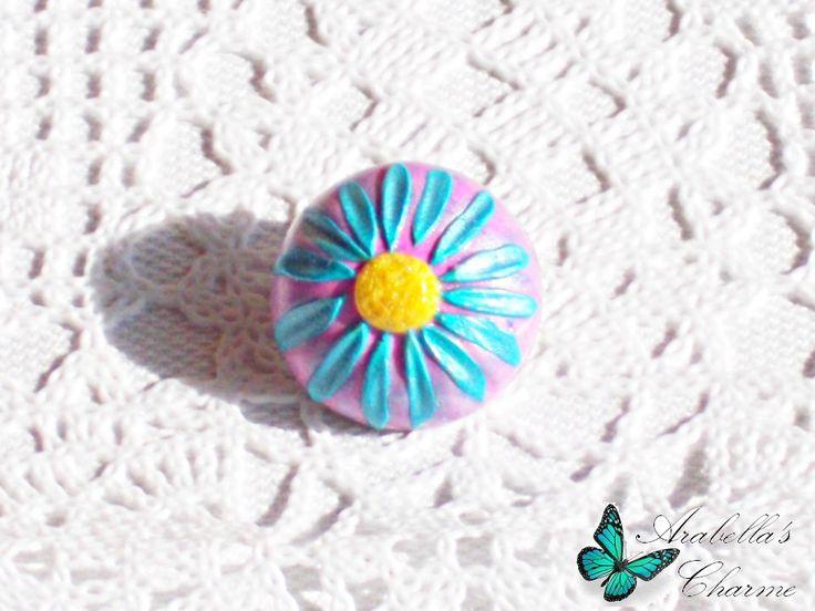 Spilla con fiore margherita rosa e blu fatta in fimo di ArabellasCharme su Etsy