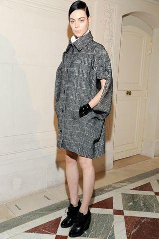 コクーンシルエットでフェミニンなアウターにイヴ・サンローラン 〜グレンチェックを取り入れたファッション・スタイルのコーデまとめ〜