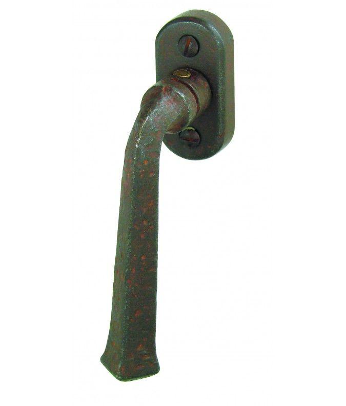 Brive : Poignée sur oscillo battant pour la fenêtre en fer forgé rouillé vielli. Fabrication artisanale et sur mesure. Plus de produits sur www.brionne.com