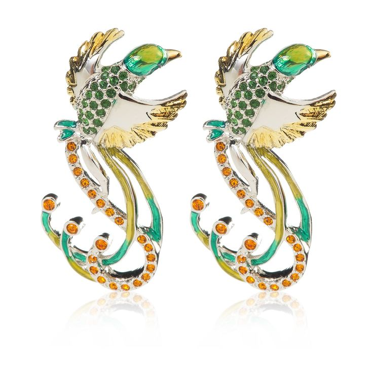 Bill Skinner, orecchini placcati rodio con design ad uccello tropicale. La superficie del gioello è ricoperta con smalti e cristalli colorati. La perfezione della natura si fa gioiello.