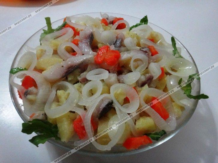 Салат из картофеля, маринованного лука и сельди пошаговый рецепт с фото Маринованный лук смешиваем с отваренным и порезанным кубиками картофелем, вареной морковью. Добавляем масло и мелко порезанное филе сельди, перемешиваем.  Украсить салат можно зеленью.  Готово! Приятного аппетита!