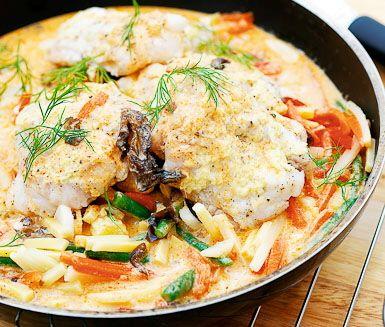 Lime- och ingefärsbakad torsk med grönsaker i röd curry är en exotisk rätt som är riktigt mumsig till middag. Curry, lime och ingefära gör torsken fängslande god.