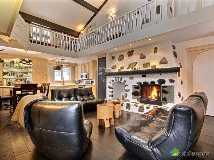 À la recherche d'une maison chaleureuse qui allie à merveille les matériaux nobles et la modernité? Cette maison de 3 étages est parfaitement située: au sommet du mont Cervin, à 1,5 kilomètre de la station de ski le Relais ou encore à 5 minutes de la plage municipale du Lac-Beauport, elle vous offre un véritable clé en main. Complètement à...