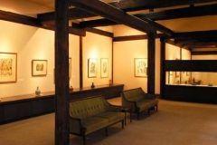 長野県北安曇郡白馬村にあるラフォーレ白馬美術館は落ち着いた雰囲気の中でシャガールの作品が楽しめる美術館です  幻想的な画風で知られるシャガールの版画作品のみ約480点を収蔵常時120150点を展示しています 木の梁と白壁の間をシャガールのカラーリトグラフが駆けめぐる本館展示室銅版画の傑作を展示している銅版画館展示室シャガールの生涯と代表作を常時上映している映像展示室などもあります シャガールに触れる至福の時間をお楽しみください tags[長野県]