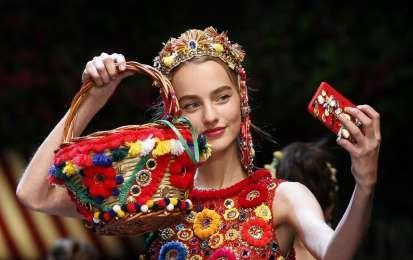 Borse Dolce e Gabbana Primavera/Estate 2016 [FOTO] - Dolce e Gabbana lancia la sua nuova collezione di borse primavera/estate 2016 che si rivela essere un vero e proprio ommagio alla nostra Italia. Sfoglia la gallery per scoprire tutti i modelli più glamour della prossima stagione calda.