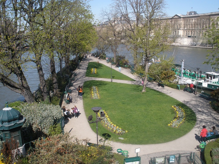 This little garden is one of my favourite places in all of Paris, on Île de la Cité - an island in the middle of the city.