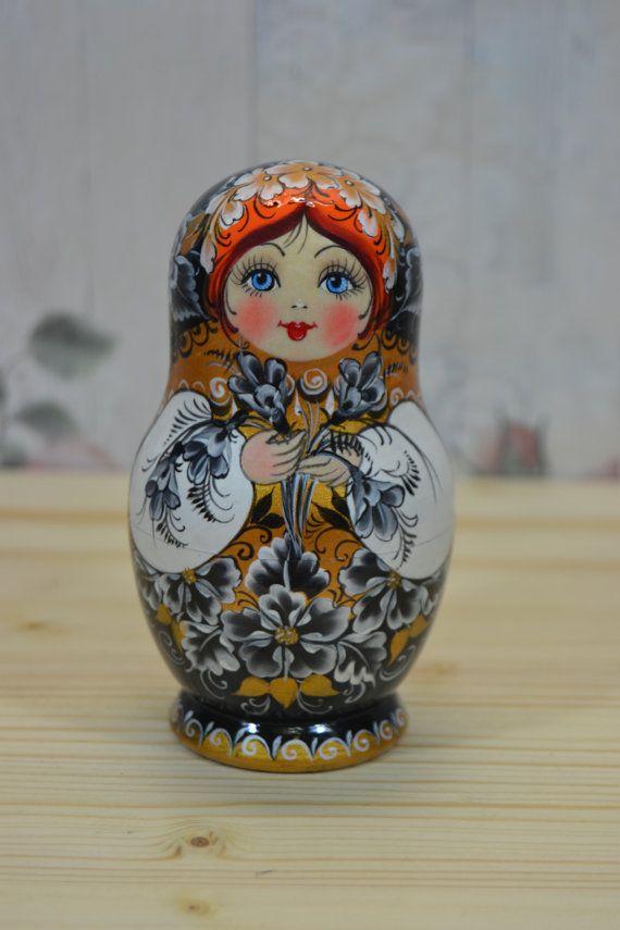 Ensemble magnifique Matriochka-poupée de 5, cadeau mémorable, ultime souvenir ! Poupée gigogne est tournée sur un tour à bois de tilleul (autre nom est tilleul). Chaque élément de la poupée est peint avec de la peinture gouache de haute qualité (tempera). Certains détails sont faites avec l'utilisation de la feuille décorative. Chaque poupée russe est recouvert de 3 couches de vernis brillant non toxique ! Cette poupée est faite par lartiste Nelly Marchenko, qui peint des poupées russes…