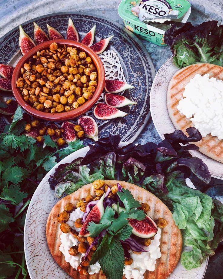KESO® Cottage Cheese har gjort en smak med HUMMUS är som att en dröm har gått i uppfyllelse! Här gjorde jag ett enkelt recept på rostade kikärtor och pinjenötter i ugn kryddade med gurkmeja, paprikakrydda och salt. Toppat med färska fikon, mynta och persilja. Det här kan man ha till vilket bröd som helst, ni måste testa! #arla #keso @arlakeso