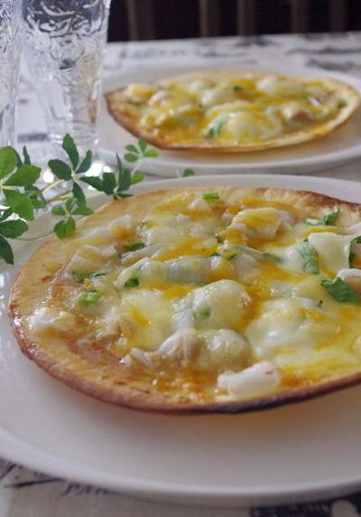 残ったお餅が大変身!とろける餅ピザ  市販のピザクラフトを使って簡単に作ります。みんなが大好きな照り焼きチキンをトッピングした和風味♪ほうれん草やネギが入って栄養面も文句なしです!