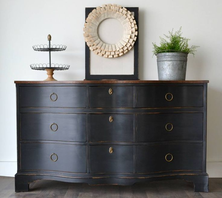 ✨Oh how I love a serpentine dresser... Black dresser redo by @thefunkyjunkshop #chalkpaint #chalkyfinish