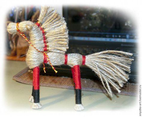 14. Привязываем шнурок или толстую нить к морде коника. Подтягиваем, формируя наклон головы и завязываем под гривой.