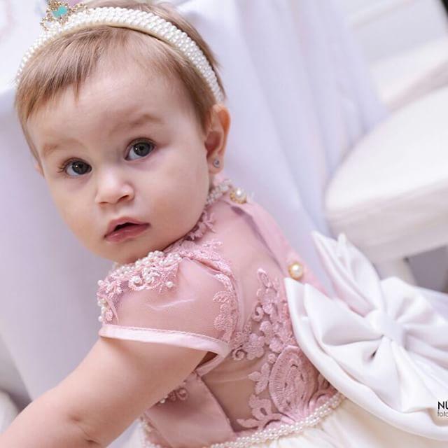 Vestido infantil de renda com transparência e laço grande nas costas | Detalhes bordados em pėrolas