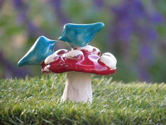 Μανιτάρι γαμήλια τούρτα ημίψηλο Ένα ζευγάρι αγάπης τα πουλιά σε ένα μανιτάρι σε ένα χρώμα της επιλογής σας