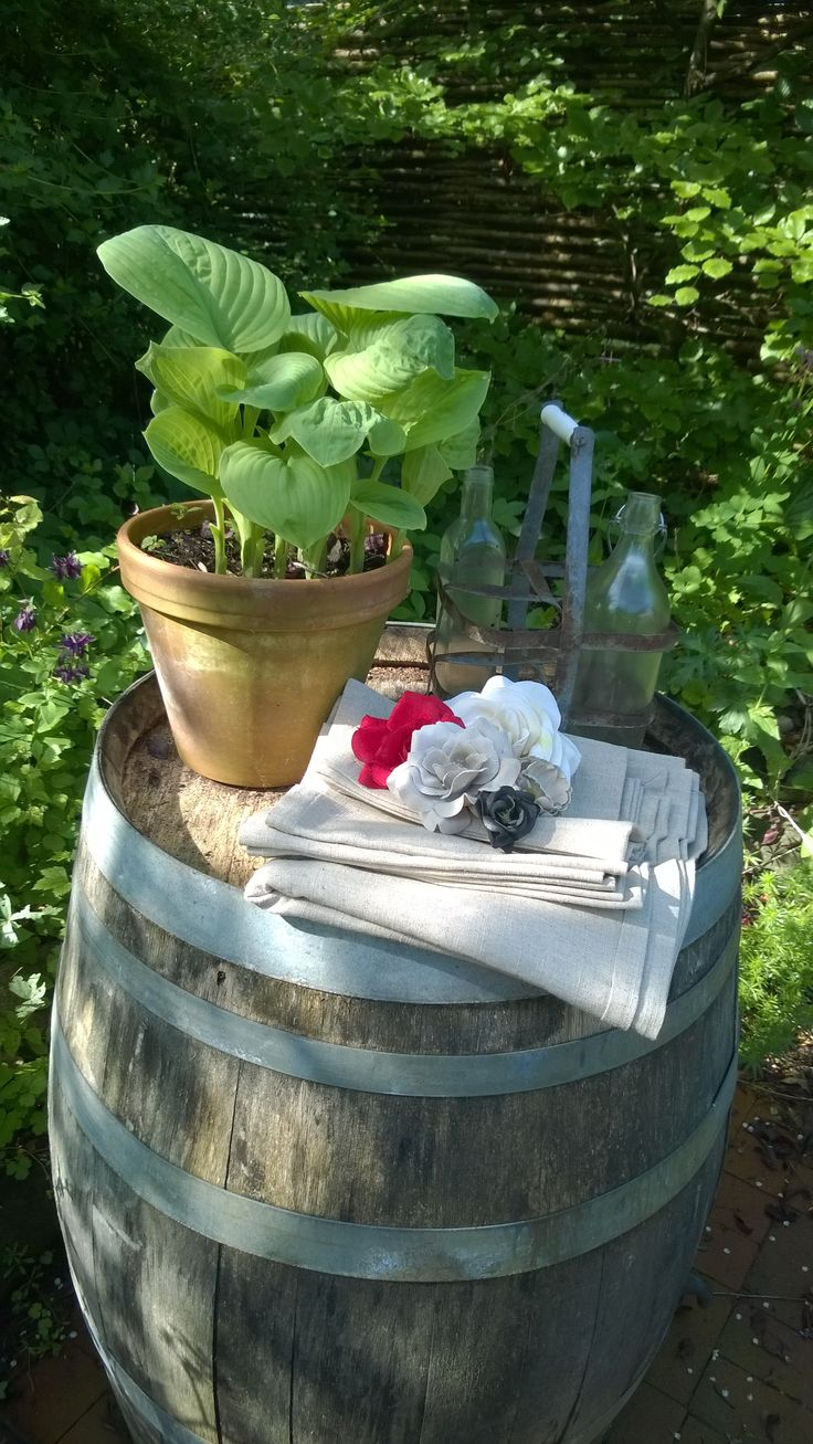 Tablecloth and napkins in 100% linen. Accessories flowers. Everything from www.e-and-l.com