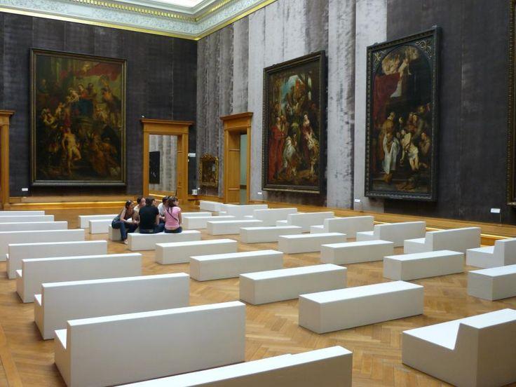 В музеях и галереях мебель SIXINCH позволит любителям прекрасного с комфортом насладиться эстетикой шедевров (пуфы SIXINCH Blocks и кресла SIXINCH Trinity Large 1 по индивидуальному проекту) #design #gallery #museum