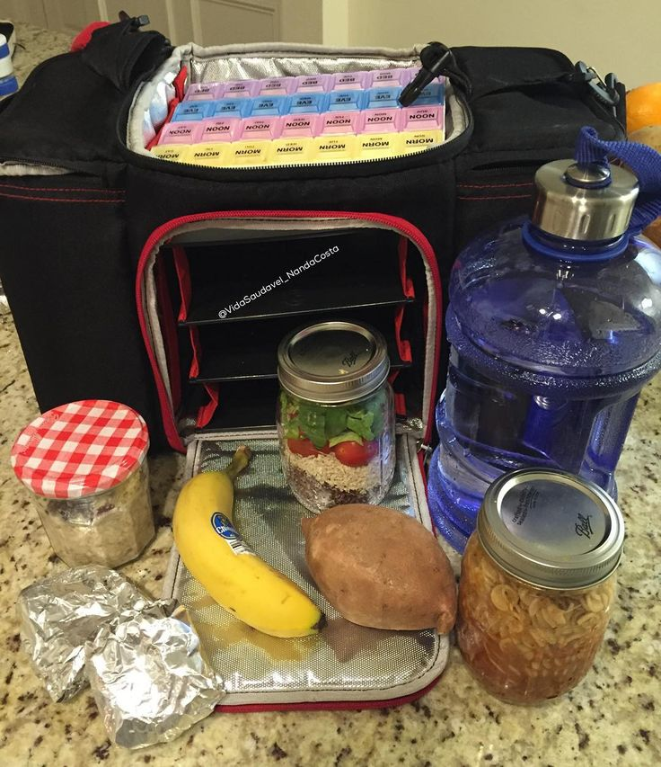 Bom dia, saindo de casa com meu kit sobrevivência.Jarro de aveia, jarro de salada, jarro de macarronada,dois bolinhos de frango(enrolado no papel alumínio) uma banana, batata doce que faço na hora no microondas e meu super galão de 2l de água, minhas vitaminas em cima e a minha bolsa.