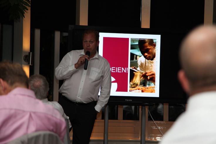 Rob Niesen verzorgde letterlijk een boeiende presentatie over de Stichting Boeien, een stichting die mensen met een afstand tot de arbeidsmarkt op een innovatieve manier opleidt en begeleidt naar werk.