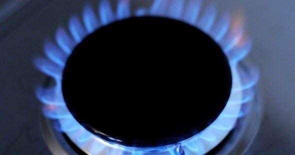 Occorrono:   Aceto  Sapone Alga (o simile)  Bicarbonato  Spugna da cucina abrasiva o paglietta d'acciaio   Fare bollire i bruciatori in a...