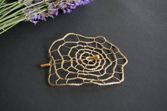 Rose Bobbin Lace Brooch The beauty of the rose and the delicate lace for infinite love The contemporary design of the Rose lace brooch makes it an excellent gift for a woman with a unique style. It is daring and feminine, perfect for anniversaries, weddings and unforgettable evenings. In