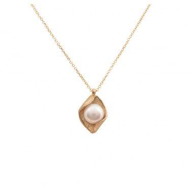Πρωτότυπο κολιέ με πλαίσιο από ματ κίτρινο χρυσό Κ14 σε σχήμα ρόμβου διακοσμημένο με κεντρικό λευκό μαργαριτάρι | Κοσμήματα ΤΣΑΛΔΑΡΗΣ στο Χαλάνδρι #ρόμβος #μαργαριτάρι #χρυσό #κολιέ