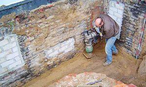 So können Sie selbst Ihren Keller abdichten: Die Ursache einer feuchten Kellerwand ist meist eine defekte Außenabdichtung der Kellerwand