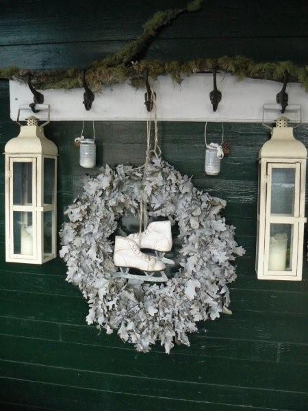 oude kapstok wit geverfd met twee leuke lantaarns en in het midden een mooie krans aan een stoer touw