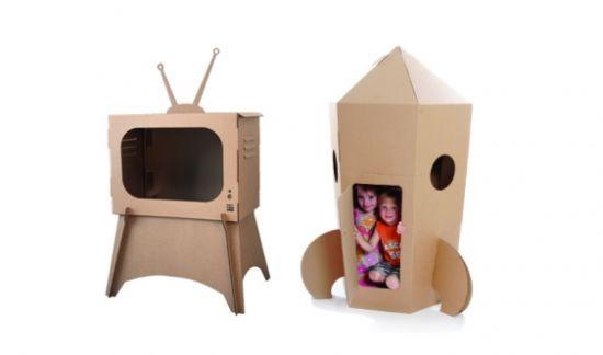 A criançada adora novidades e estas novidades não precisam vir em formato de um brinquedo novo e caro. Se você fizer brinquedos com caixa de papelão e,