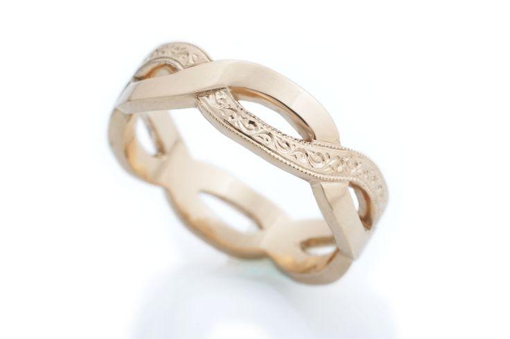 Keltakultainen Anastasia-sormus koristekaiverruksin