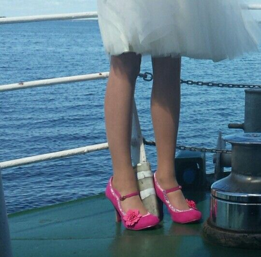 Love those pink bridal shoes!