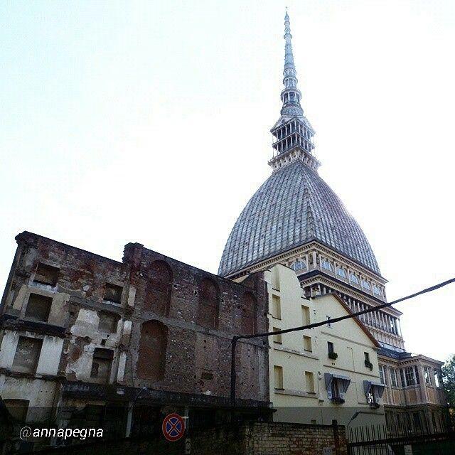 #Torino raccontata dai cittadini per #inTO  Foto di annapegna Cavi elettrici volanti, case crollate, muri sbrecciati. Il retro della Mole Antonelliana.