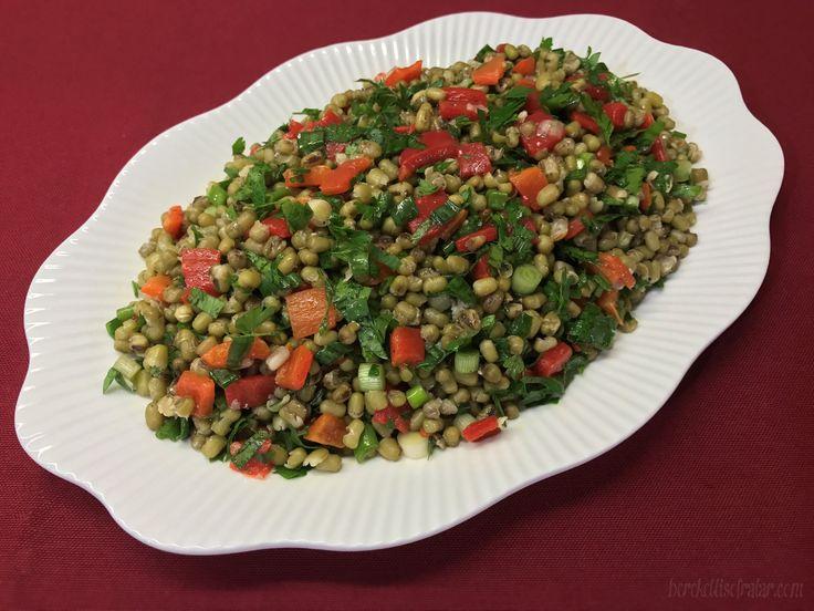 MAŞ FASULYESİ SALATASI  Maş fasulyesi minicik taneleri ile mercimeğe yakın boyutlarda bir fasulye türü.Maş fasulyesi salatası yemeklerin yanına ya dan çay saatlerine uygun lezzetli