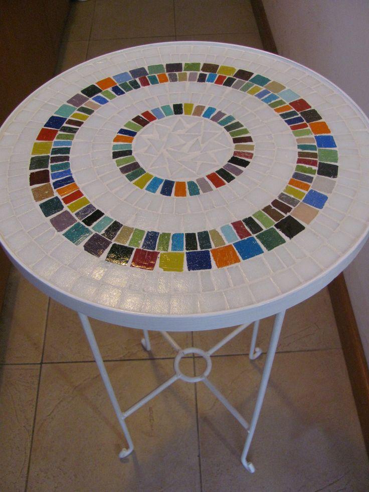 Mesa decorada con venecitas, en base de hierro, $650 en http://ofeliafeliz.com.ar