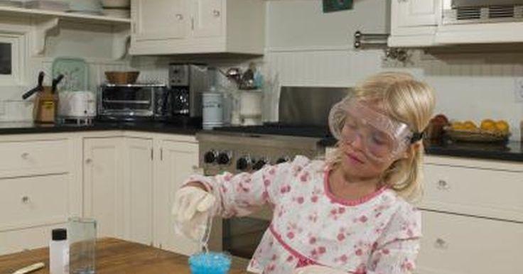 Cómo hacer la sustancia pegajosa slime goo. La sustancia pegajosa slime goo fue presentada por primera vez en un programa de juegos para niños en la televisión. Los jugadores debían estar tapados por la misma como parte del espectáculo. Aunque el slime goo está disponible para ser comprado, existe una receta básica para hacerlo en casa. El limo es un polímero único ya que tiene propiedades ...
