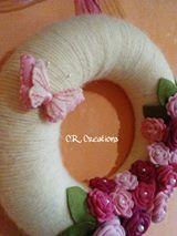 ghirlanda fuoriporta realizzata con una base di polistirolo ricoperta di fil di lana e decorata con rose in feltro e farfallina in pannolenci #fuoriporta #outdoor #rose #farfalla #butterfly #handmade #felt #feltro